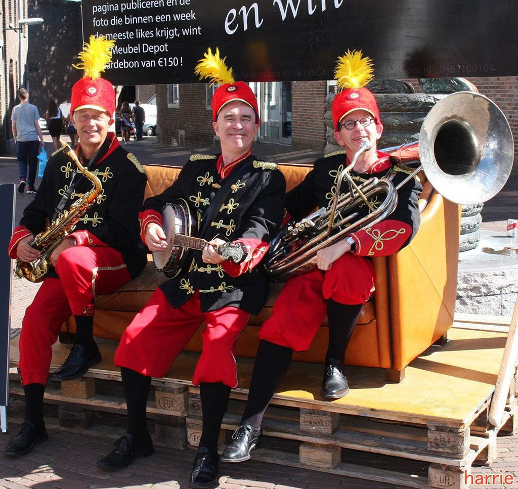 Fanfare Trio, Doldwaze fanfare act